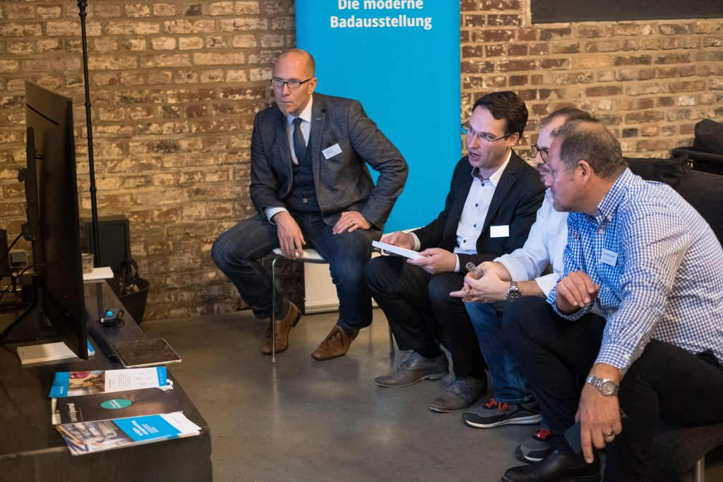 Fabian Weiss berät die Teilnehmer von Hallo Zukunft